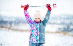 Den aktiva flickan med skidar poler Royaltyfri Fotografi