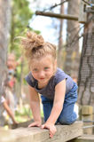 Den aktiva flickan som har gyckel i rep, parkerar Arkivbilder