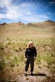 Den aktiva höga 60-tal för vuxen kvinna, poserar i äng i antilopödelstatspark arkivfoton
