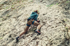 Den aktiva klättringen för ung kvinna vaggar på Fotografering för Bildbyråer