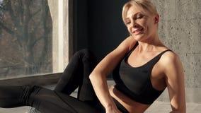 Den aktiva kvinnan i sportdräkt förstärker muskler av press med påfyllningen av övningar stock video