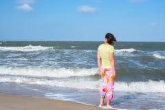Den aktiva kvinnan, surfare väntar vågor Royaltyfria Foton