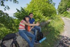 Den aktiva och sunda livsstilen på sommarsemester och helg turnerar Aktiva fotvandrare Loppaffärsföretag och fotvandraaktivitet Arkivbilder