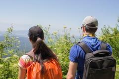 Den aktiva och sunda livsstilen på sommarsemester och helg turnerar Aktiva fotvandrare Loppaffärsföretag och fotvandraaktivitet Royaltyfria Bilder