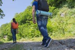 Den aktiva och sunda livsstilen på sommarsemester och helg turnerar Aktiva fotvandrare Loppaffärsföretag och fotvandraaktivitet Fotografering för Bildbyråer