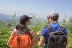 Den aktiva och sunda livsstilen på sommarsemester och helg turnerar Aktiva fotvandrare Loppaffärsföretag och fotvandraaktivitet Royaltyfri Fotografi