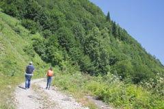 Den aktiva och sunda livsstilen på sommarsemester och helg turnerar Aktiva fotvandrare Loppaffärsföretag och fotvandraaktivitet Arkivbild