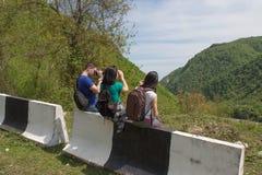 Den aktiva och sunda livsstilen på sommarsemester och helg turnerar Turister som hitching en ritt Royaltyfri Fotografi