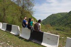 Den aktiva och sunda livsstilen på sommarsemester och helg turnerar Turister som hitching en ritt Arkivfoto