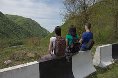Den aktiva och sunda livsstilen på sommarsemester och helg turnerar Turister som hitching en ritt Royaltyfri Bild