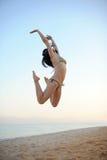 Den aktiva unga kvinnan hoppar Royaltyfri Bild