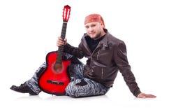 den akustiska detaljgitarrgitarristen hands instrumant musikaliskt leka för aktör Royaltyfri Fotografi