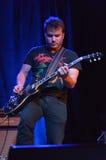 den akustiska detaljgitarrgitarristen hands instrumant musikaliskt leka för aktör Arkivfoton