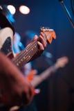 den akustiska detaljgitarrgitarristen hands instrumant musikaliskt leka för aktör Arkivbild