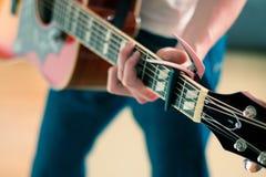 den akustiska detaljgitarrgitarristen hands instrumant musikaliskt leka för aktör Fotografering för Bildbyråer