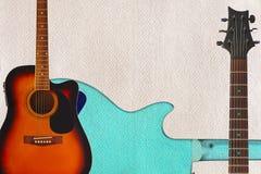 Den akustiska gitarren, halsen och baksida av gitarren förkroppsligar på pappbakgrund, med överflöd av kopieringsutrymme Royaltyfria Bilder