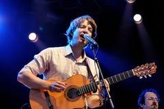 Den akustiska spelaren för gitarr av konungar av bekvämlighet (musikbandet) Royaltyfri Fotografi