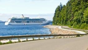 Den Alaska Hoonah vägen till den Icy straiten pekar kryssningshipen Royaltyfria Bilder