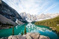 den alberta banff Kanada laken lokaliserade den nationella near parken för den louise morainen Royaltyfria Bilder