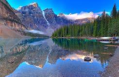 den alberta banff Kanada laken lokaliserade den nationella near parken för den louise morainen Arkivbilder