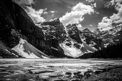 den alberta banff Kanada laken lokaliserade den nationella near parken för den louise morainen Arkivfoto