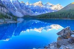 den alberta banff Kanada laken lokaliserade den nationella near parken för den louise morainen Royaltyfri Foto
