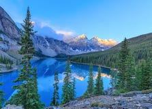 den alberta banff Kanada laken lokaliserade den nationella near parken för den louise morainen Fotografering för Bildbyråer