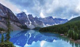 den alberta banff Kanada laken lokaliserade den nationella near parken för den louise morainen Arkivbild