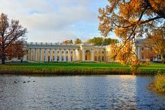 Den Alexander slotten i Pushkin. Höstlandskap Royaltyfri Fotografi