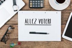 Den Allez väljaren, franska går röstar text, kontorsskrivbord med datortech Arkivbild