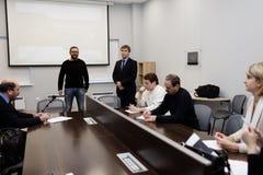 Den allmänna direktören av Vitrulux Bronislav Gorlinsky talar med press Royaltyfria Bilder