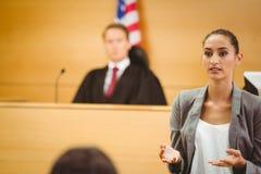 Den allvarliga advokaten gör ett bokslutmeddelande Royaltyfri Fotografi