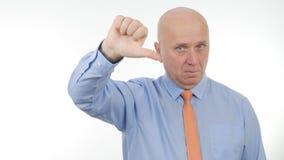 Den allvarliga affärsmannen Make Dislike Hand gör en gest royaltyfria bilder