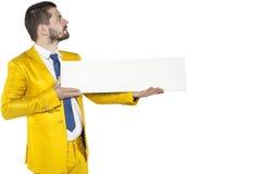 Den allvarliga affärsmannen rymmer i hans händer papperet med utrymme för royaltyfri foto