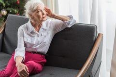 Den allvarliga gamla kvinnan är att uttrycka som är hopplöst Arkivbilder