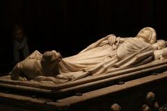 Den allvarliga gravvalvet av unga Ilaria med en skulptur av hennes hund royaltyfri fotografi