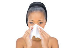 Den allvarliga kvinnan har en förkylning Arkivbild