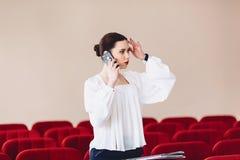 den allvarliga kvinnan talar allvarligt över telefonen arkivfoton