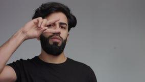 Den allvarliga mannen gör diskomovemen från bedragaredans, ögon för v-handdans stock video