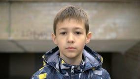 Den allvarliga pojken ser kameranärbilden royaltyfria foton
