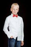 Den allvarliga pojken står med en hand i jeanfack Royaltyfria Bilder