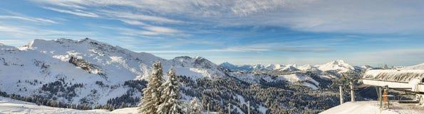 den alpina panoramasemesterorten skidar Arkivfoto