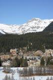 den alpina semesterorten skidar Royaltyfria Foton