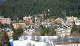 den alpina semesterorten skidar arkivfoto