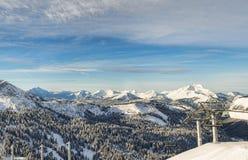 den alpina semesterorten skidar Royaltyfri Fotografi