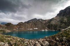 Den alpina sjön bland vaggar Royaltyfri Bild