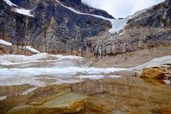 Den alpina sjön med undervattens- vaggar och isberg Royaltyfria Bilder