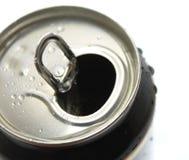 Den Aluminum canen med bevattnar tappar closeupen som isoleras på vit Arkivbilder