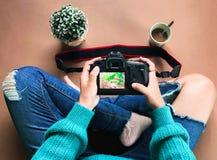 Den amatörmässiga fotografen ser kameran arkivbilder