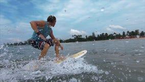 Den amatörmässiga surfaren rider vågen arkivfilmer